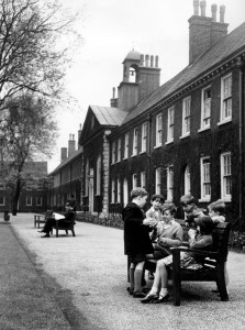 Children wait for an afternoon holiday session to begin at the Geffrye April 1961