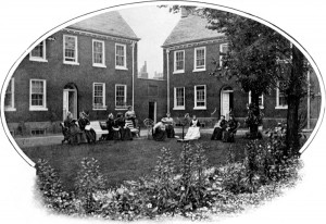 Photograph of Geffrye pensioners in the almshouse grounds 1901-3