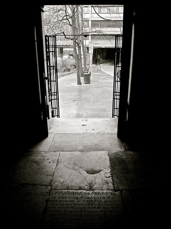 Таинственные черно-белые фотографии церквей в Лондон Сити фото 15