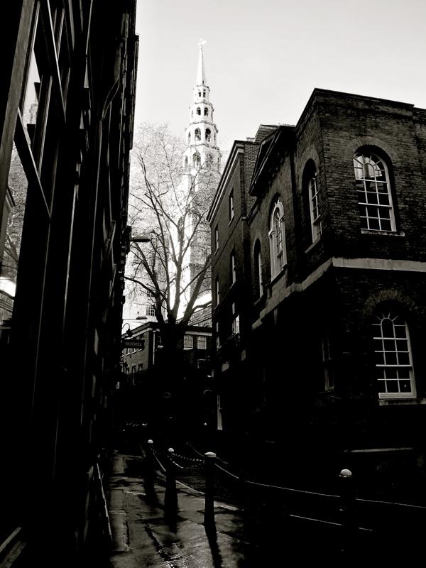 Таинственные черно-белые фотографии церквей в Лондон Сити фото 7