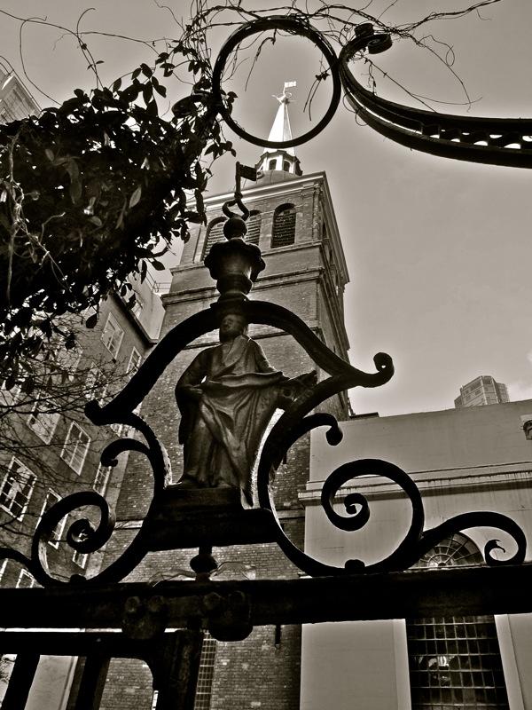Таинственные черно-белые фотографии церквей в Лондон Сити фото 14