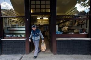 Manze's Eel, Pie and Mash shop on Tower Bridge Road London, UK
